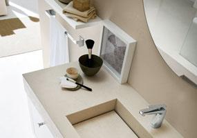 Bagno con vasca integrata in Laminam Oxide avorio