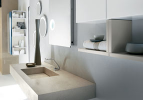 Bagno con vasca integrata in Laminam Calce avorio