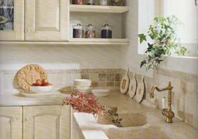 Cucina classica con lavello scavato in marmo giallo d'Istria