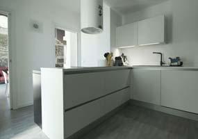 Top cucina e ante rivestite in Laminam Calce Bianco
