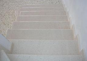 Scala in marmo trani lucido con bordo arrotondato
