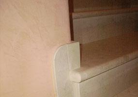 Scala in marmo bianco Asiago spazzolato e anticato